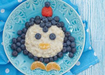 Pinguin Porridge mit Beeren