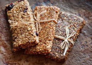 gesunder Proteinriegel mit Kirsche und Kakaopulver