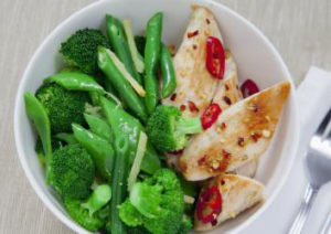 Scharfes Hühnchen mit grünem Gemüse