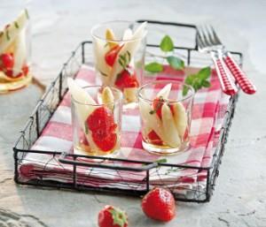 Frisch servierter Spargel-Erdbeer-Salat