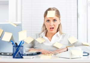 Gestresste Frau im Büro