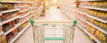 Die geheimen Einkaufswagen zwischen den Regalen eines Supermarktes. Strategien der Supermärkte