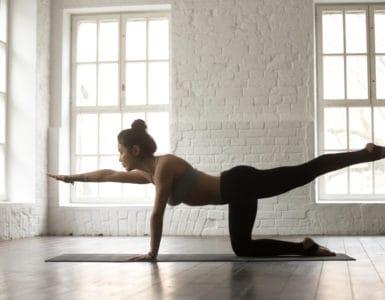 Junge Frau macht Yoga den Tiger