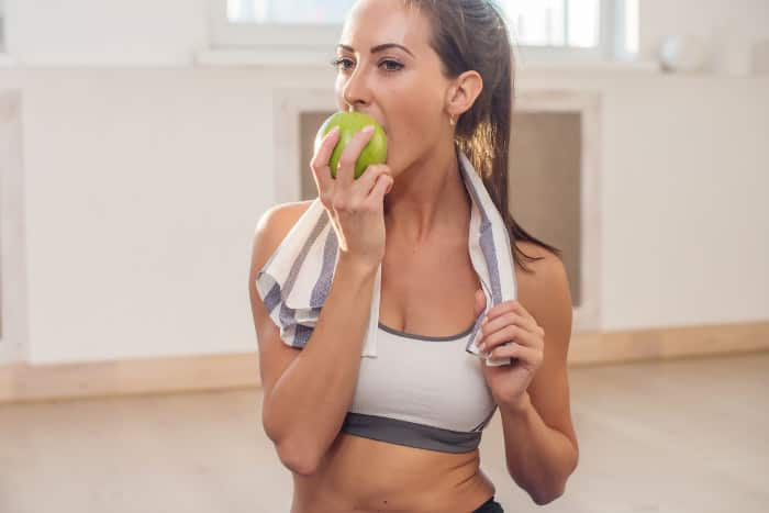 Sportlerin isst vor dem Training
