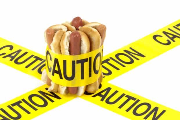 Hotdogs mit gelbem Gefahrenband