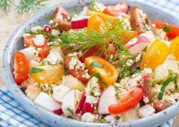 Würziger Tomaten Radieschen Salat mit frischen Kräutern