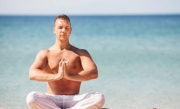 Yoga Strand Mann Lotussitz