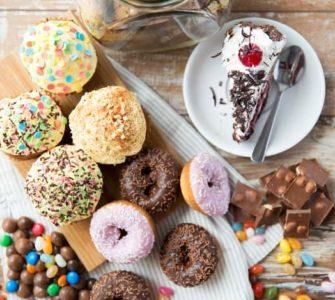 Ein Tisch voller zuckerhaltiger Süßigkeiten.
