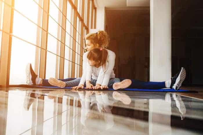 Alleinerziehene Mutter macht Sport mit ihrem Kind