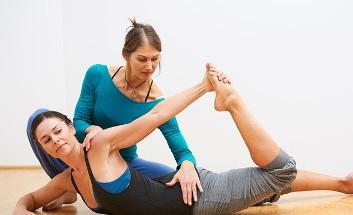 Zwei Frauen beim Ausführen einer Pilates-Übung