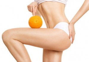 Frau mit Orange auf der Haut.