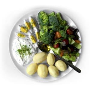Teller mit Gemüse, Kartoffeln, Ei und Quark