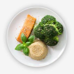 Teller mit Brokkoli, Vollkorn-Reis und Lachs