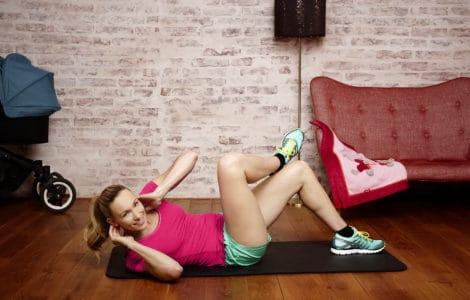 Dr. Christine Theiss macht Fitnessübung aus dem Byebye Babybauch Programm
