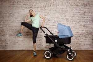 Dr. Christine Theiss macht Übugen mit dem Kinderwagen