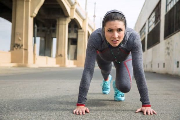 Fokussierte Athletin macht die Kraft Ausdauer Übung Mountain Climber