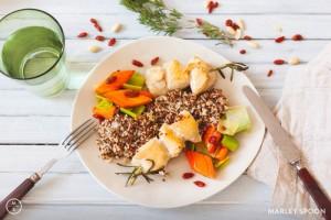 Chicken-Sate mit Mandel-Quinoa, Gojibeeren und Karottengemüse