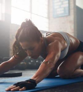 Junge, athletische Frau macht Yoga für Sportler - die Haltung des Kindes