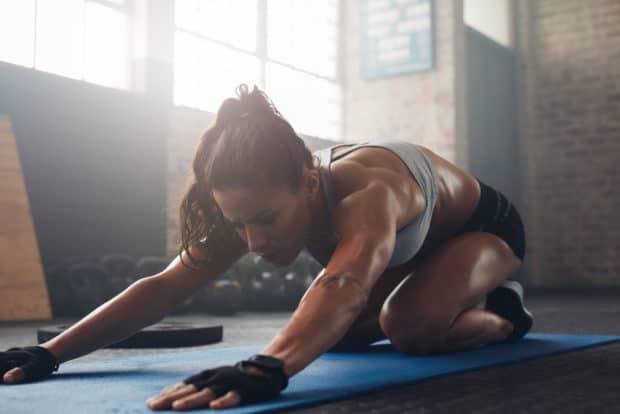 Junge, athletische Frau macht Yoga für Sportler