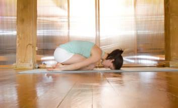 Frau bei der Ausführung der Yoga-Übung Child's Pose