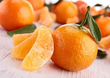 Gepflückte und geschälte Clementinen auf einem Tisch