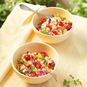 Zwei Schüsseln Couscous-Salat mit Tomate und Zwiebel
