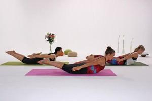 Drei Frauen bei der Ausführung der Fitnessübung Dart