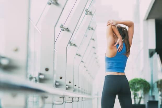 Junge Frau dehnt ihre Muskeln nach dem Sport