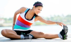 Diese Frau dehnt sich nach dem Sport, um Dysbalancen vorzubeugen.