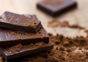 Dunkle Schokolade mit Kakaopulver bestreut