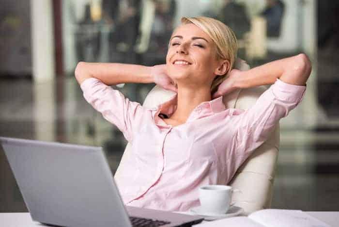 Frau am Laptop gönnt sich einen Moment der Entspannung