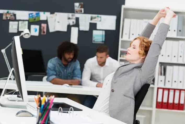 Frau entspannt sich im Büro