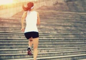 Sportlerin nimmt die Treppe