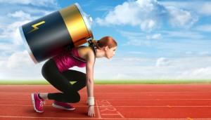 Frau mit Batterie auf dem Rücken macht sich bereit zum Sprint