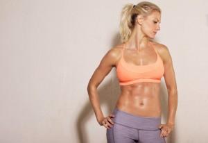 stolze frau mit definierten Bauchmuskeln