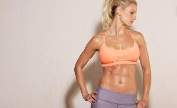 Frau mit definierten Muskeln