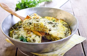 Frittata mit Mangold in metallener Schüssel