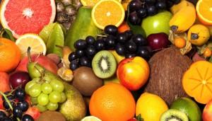 Großer Früchtereichtum: Kiwi, Grapefruit, Kokosnuss, Orange, Zitrone, Trauben
