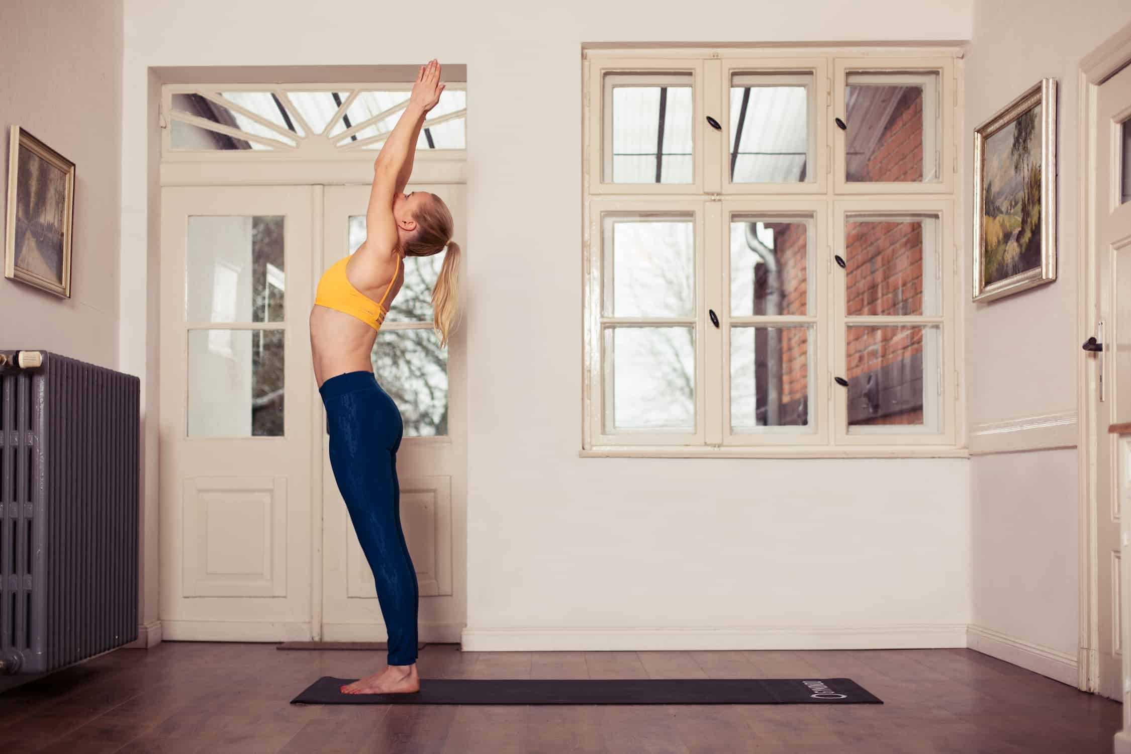 Frau macht Yoga gestreckter Berg