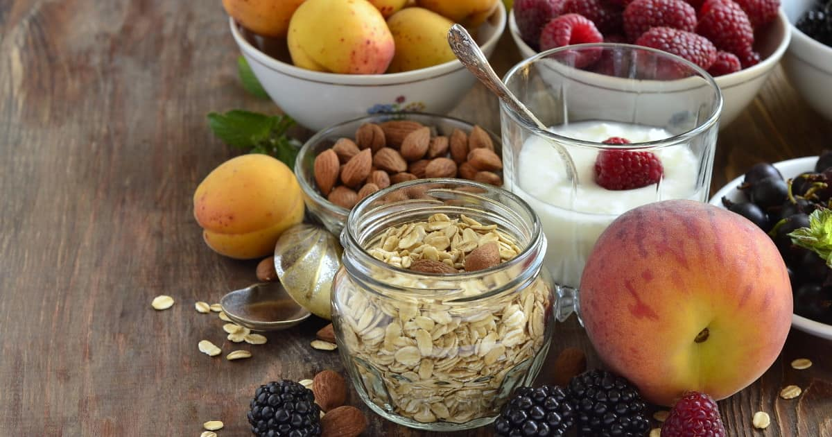 Lebensmittel für gesunde Ernährung angerichtet auf einem Tisch - Ballaststoffe