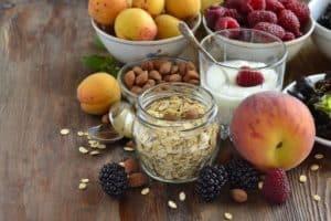 Lebensmittel für gesunde Ernährung angerichtet auf einem Tisch
