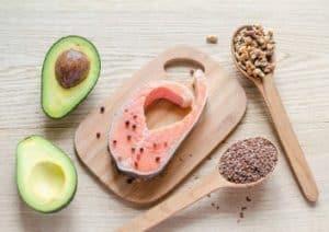Avocado, Lachs und Samen: gesunde Lebensmittel mit einer hohen Kaloriendichte.