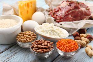 Ein Tisch mit verschiedenen fetthaltigen Lebensmitteln.