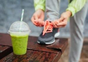 Sportlerin mit gesundem Getränk