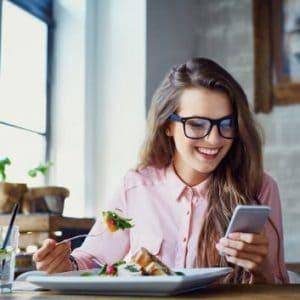 Frau mit gesunden Routinen beim Essen