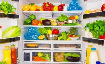 Geöffneter Kühlschrank voller Obst, Gemüse und anderer gesunder Lebensmittel