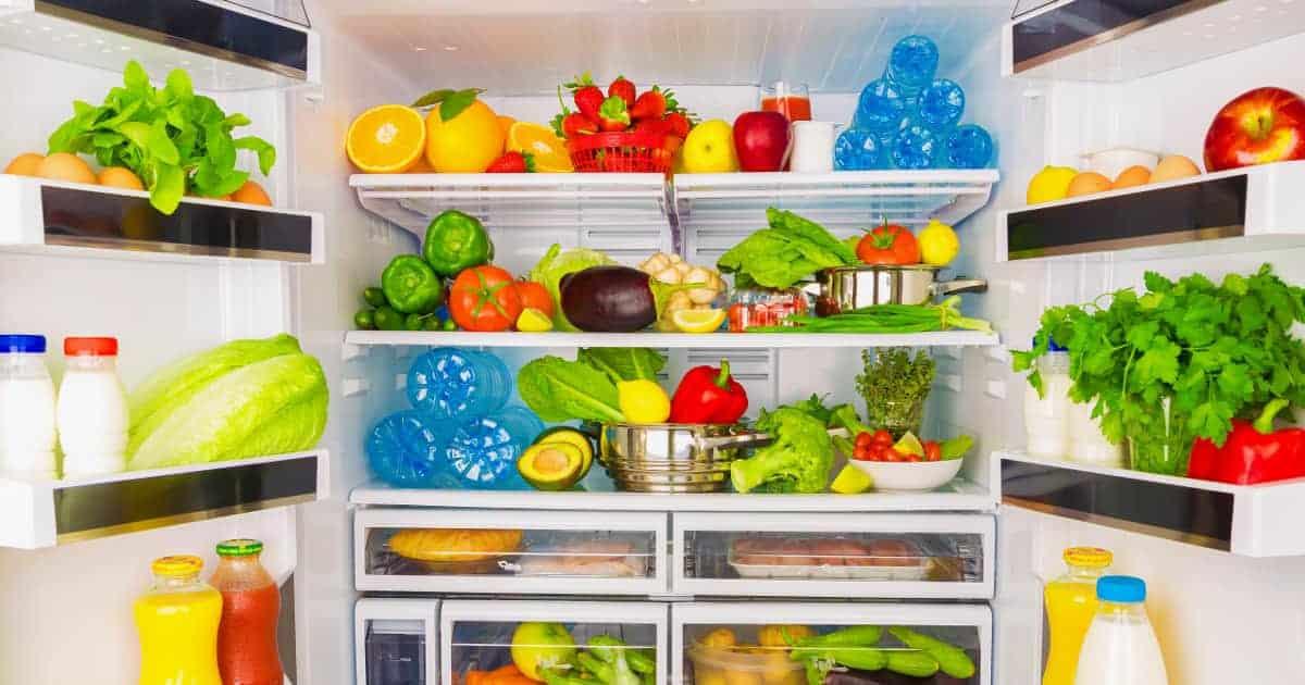 Kühlschrank mit gesunden Lebensmitteln. Ernährungstipps