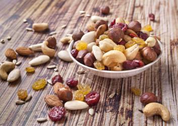 getrocknete früchte nüsse ungesunde lebensmittel