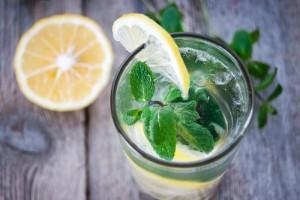 Grüner Tee mit Minze und Zitrone in einem Glas
