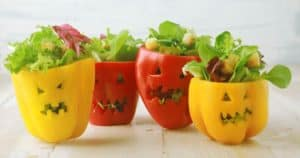 Gruselige Halloween Paprikas gefüllt mit Salat